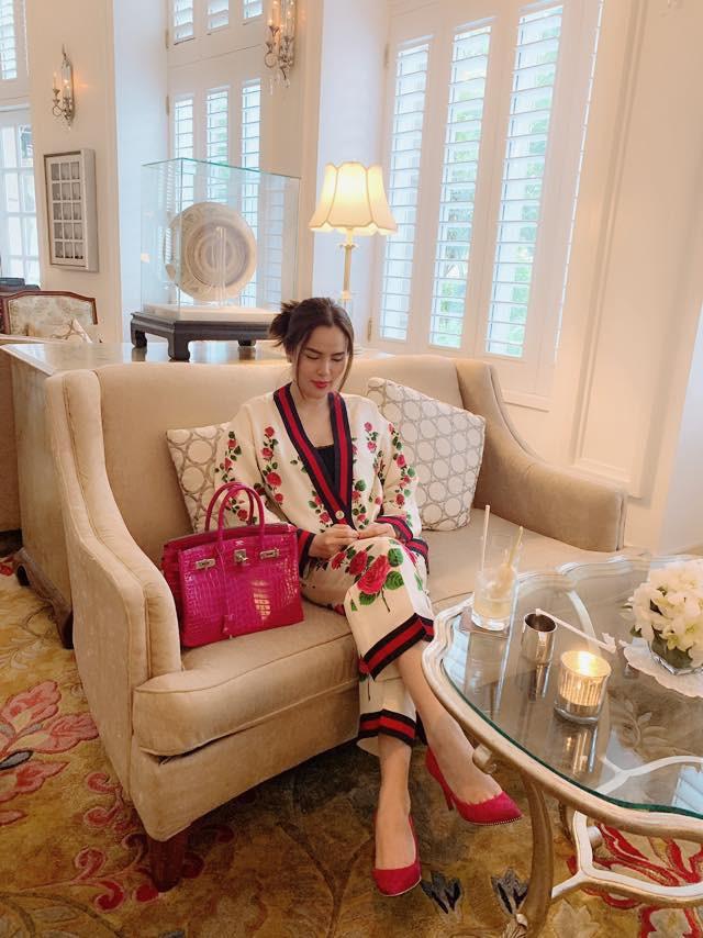 Cuộc sống trong biệt thự sang chảnh của Hoa hậu quỳ gối rửa chân cho chồng, nhìn một góc phòng khách cũng đủ lác mắt - Ảnh 6.