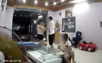 Nhân viên kho bạc Nhà nước lên tiếng về việc lao vào đánh vợ đang ôm con nhỏ - Ảnh 1.