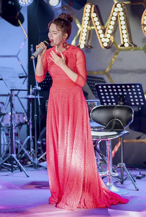 NSƯT Việt Hoàn được bà xã chăm sóc ở hậu trường - Ảnh 7.