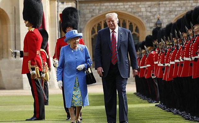 Nữ hoàng Anh nói trực thăng của Tổng thống Trump hủy hoại bãi cỏ trước điện Buckingham - Ảnh 1.