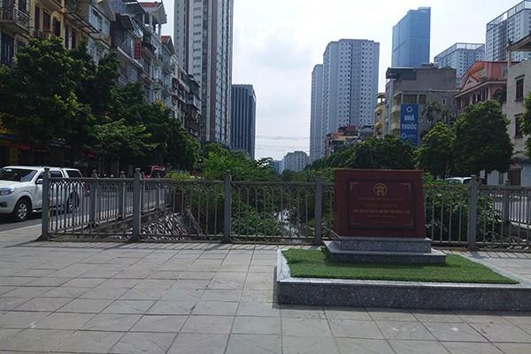 Rác tràn lan trên con đường có cảnh quan đẹp vào loại bậc nhất của Thủ đô - Ảnh 1.