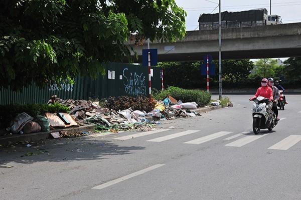 Rác tràn lan trên con đường có cảnh quan đẹp vào loại bậc nhất của Thủ đô - Ảnh 2.