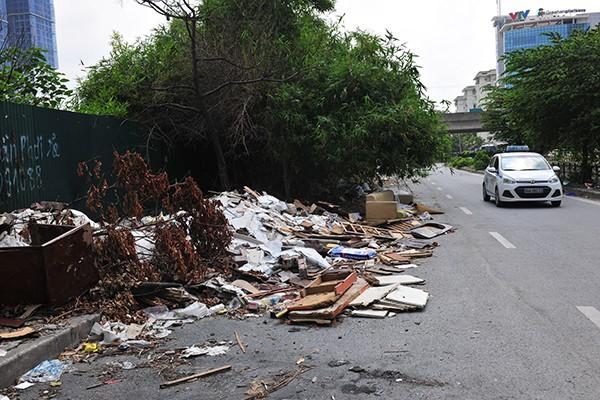 Rác tràn lan trên con đường có cảnh quan đẹp vào loại bậc nhất của Thủ đô - Ảnh 7.