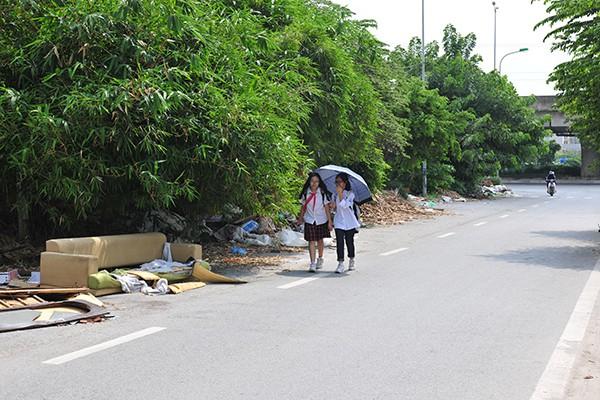 Rác tràn lan trên con đường có cảnh quan đẹp vào loại bậc nhất của Thủ đô - Ảnh 8.