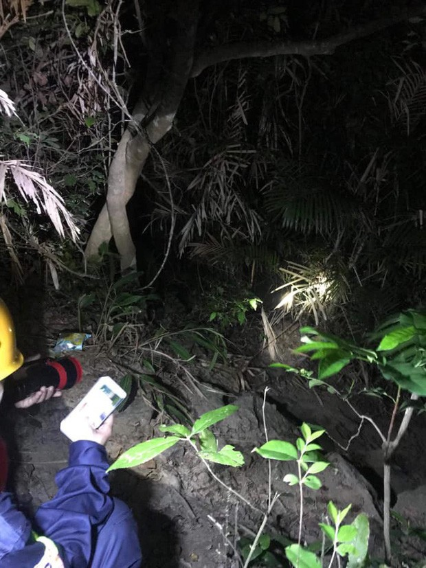 Ứng cứu nhóm du khách đi lạc tại bán đảo Sơn Trà, nam thanh niên rơi xuống vực sâu tử vong - Ảnh 2.