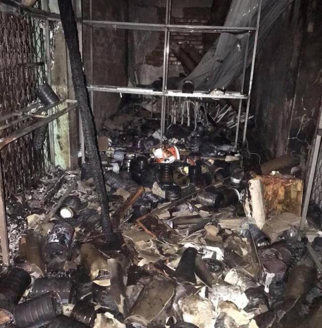 Cháy lớn ở chợ Voi (Hà Tĩnh), người dân hoảng loạn trong đêm - Ảnh 2.