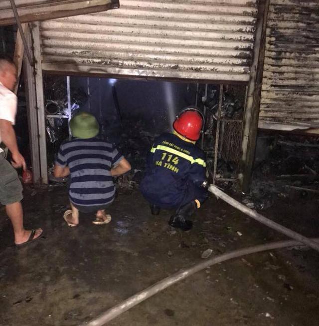 Cháy lớn ở chợ Voi (Hà Tĩnh), người dân hoảng loạn trong đêm - Ảnh 3.