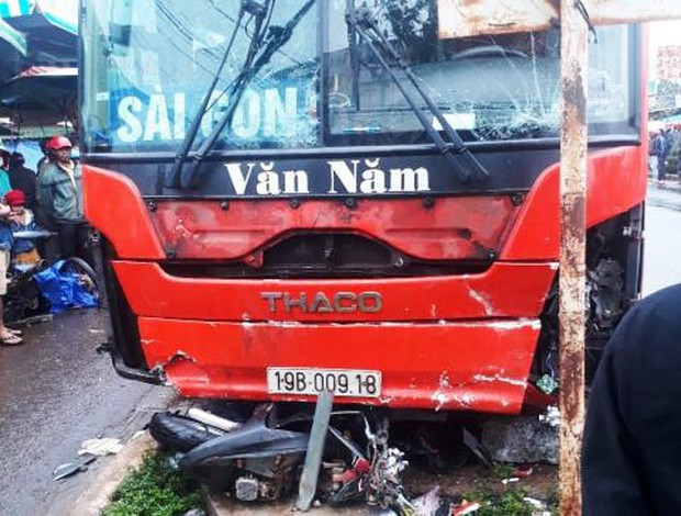 Xe khách lao vào chợ ven đường, ít nhất 3 người chết - Ảnh 2.
