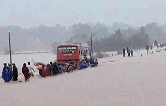 Cố băng qua dòng nước lũ, 60 nữ công nhân may mắn không bị cuốn trôi - Ảnh 1.