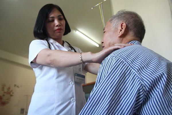 Căn bệnh ở cổ, chị em mắc nhiều hơn nam giới: Rụng tóc, giảm ham muốn hãy coi chừng - Ảnh 2.