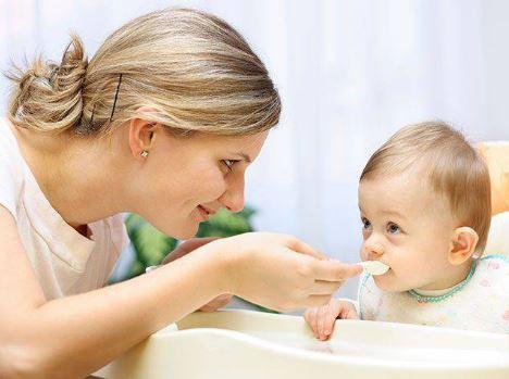 Quấy bột cho bé ăn dặm kiểu này, trẻ biếng ăn mệt mỏi và dễ cao huyết áp khi lớn lên  - Ảnh 2.