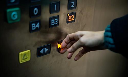 Nút đóng thang máy không có ích như bạn nghĩ  - Ảnh 1.