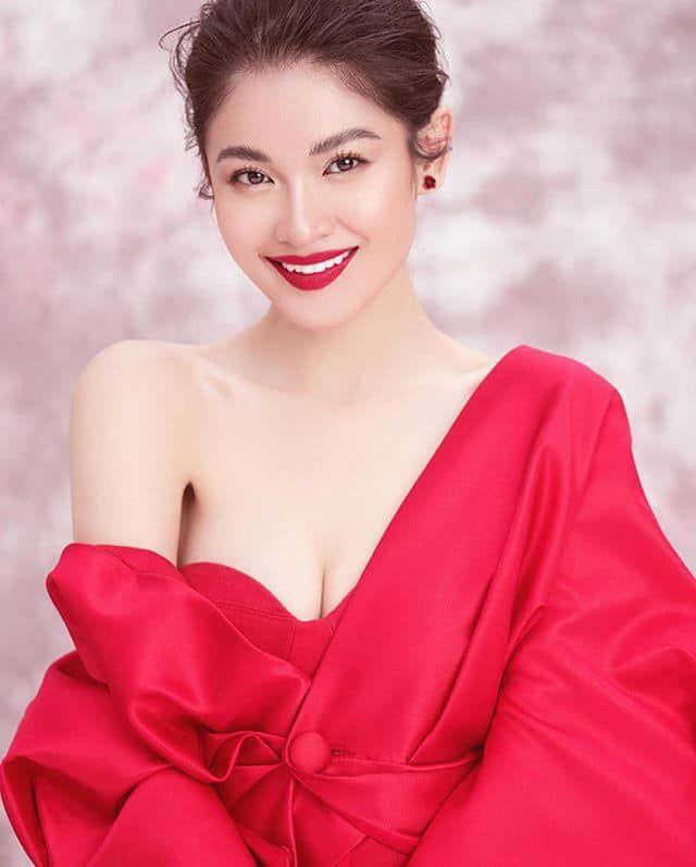 Dàn hot girl ĐH Ngoại thương xinh như hoa hậu Lương Thùy Linh - Ảnh 1.
