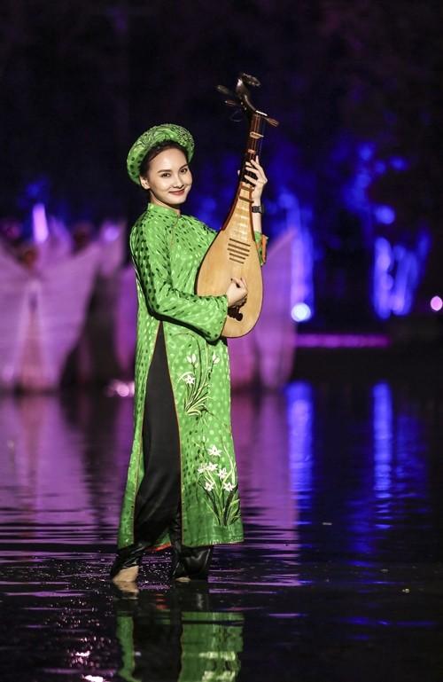 Bảo Thanh dầm mưa cùng Phùng Khánh Linh diễn vai tú nữ - Ảnh 3.