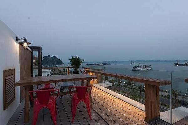Ngôi nhà mộc mạc có view nhìn ra biển ở Hạ Long được báo Tây ca ngợi - Ảnh 7.