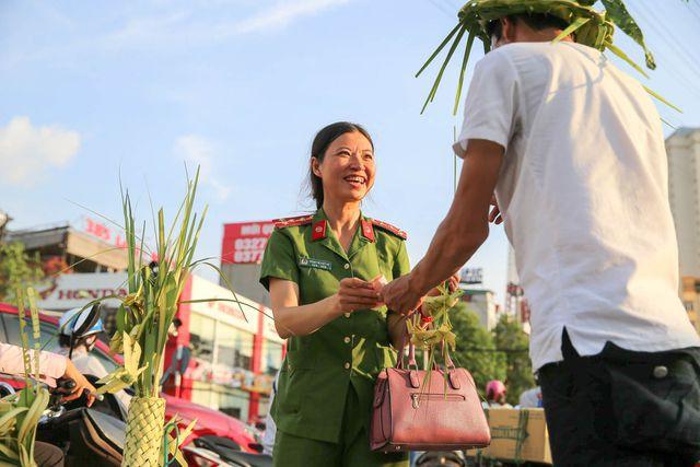 Hô biến lá dừa nước miền Tây thành giỏ hoa, con vật ở Hà Nội, kiếm tiền triệu mỗi ngày - Ảnh 10.