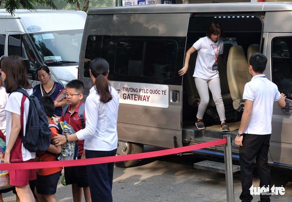 Phụ huynh lo lắng, Trường Gateway kiểm tra từng học sinh đi xe đến trường - Ảnh 1.