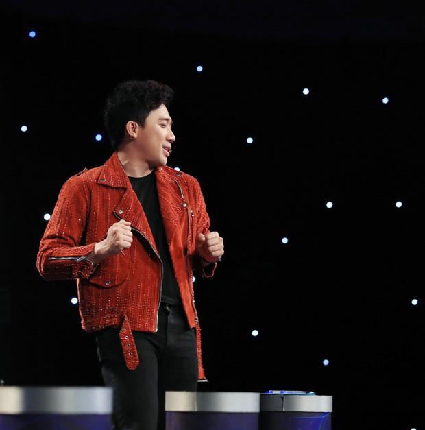 Trấn Thành câm nín khi bị chồng Cẩm Ly ném giày, tắt micro để dằn mặt nhưng phản ứng của Minh Tuyết mới bất ngờ - Ảnh 2.