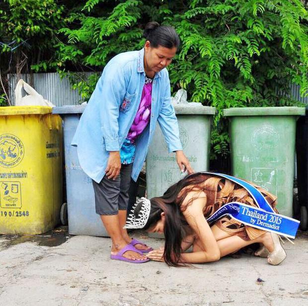 Khi Hoa hậu đội vương miện quỳ lạy cha mẹ: Lòng hiếu thảo của một người con và nét đẹp văn hóa tại đất nước Thái Lan - Ảnh 1.