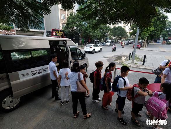 Phụ huynh lo lắng, Trường Gateway kiểm tra từng học sinh đi xe đến trường - Ảnh 3.
