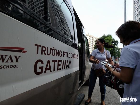 Phụ huynh lo lắng, Trường Gateway kiểm tra từng học sinh đi xe đến trường - Ảnh 4.