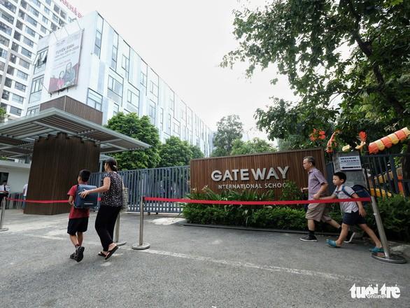 Phụ huynh lo lắng, Trường Gateway kiểm tra từng học sinh đi xe đến trường - Ảnh 6.