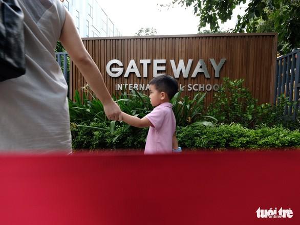 Phụ huynh lo lắng, Trường Gateway kiểm tra từng học sinh đi xe đến trường - Ảnh 7.