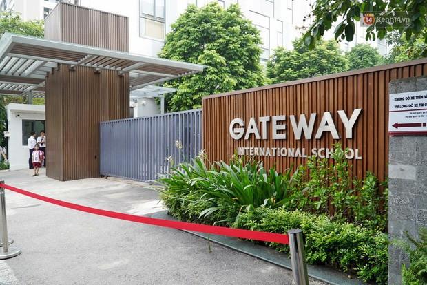 Người dân lặng lẽ đặt bông cúc trắng trước cổng trường Gateway để tưởng nhớ bé trai tử vong thương tâm trên xe đưa đón - Ảnh 7.