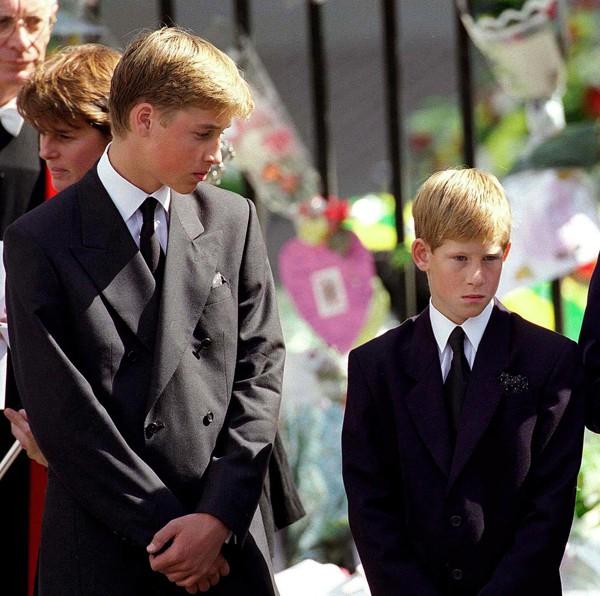 Nỗi cô đơn trong gia đình quyền thế của Hoàng tử Harry khi công nương Diana qua đời - Ảnh 1.
