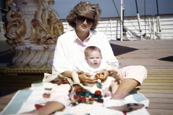 Nỗi cô đơn trong gia đình quyền thế của Hoàng tử Harry khi công nương Diana qua đời - Ảnh 2.