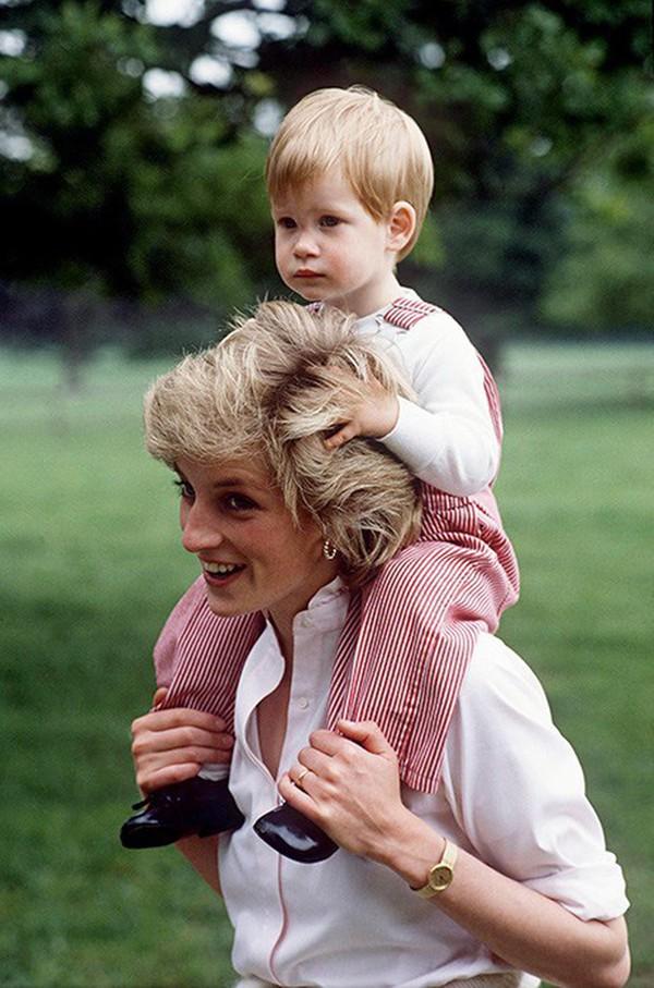 Nỗi cô đơn trong gia đình quyền thế của Hoàng tử Harry khi công nương Diana qua đời - Ảnh 4.