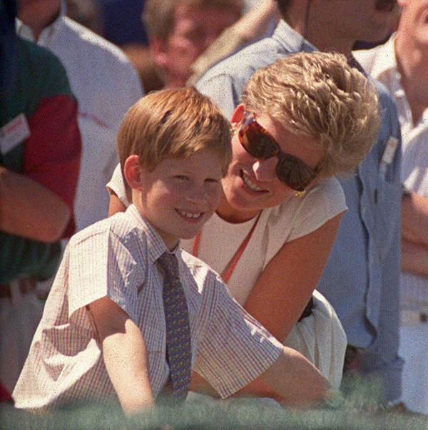 Nỗi cô đơn trong gia đình quyền thế của Hoàng tử Harry khi công nương Diana qua đời - Ảnh 5.