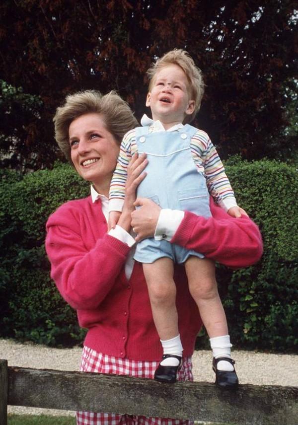 Nỗi cô đơn trong gia đình quyền thế của Hoàng tử Harry khi công nương Diana qua đời - Ảnh 6.