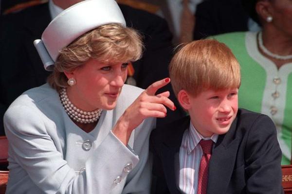 Nỗi cô đơn trong gia đình quyền thế của Hoàng tử Harry khi công nương Diana qua đời - Ảnh 8.