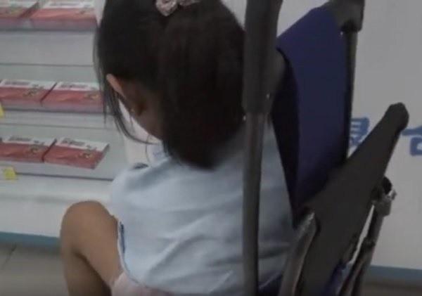 Bé gái 8 tuổi mua Viagra khiến dược sĩ bất ngờ, người mẹ rơi nước mắt nói lý do - Ảnh 1.