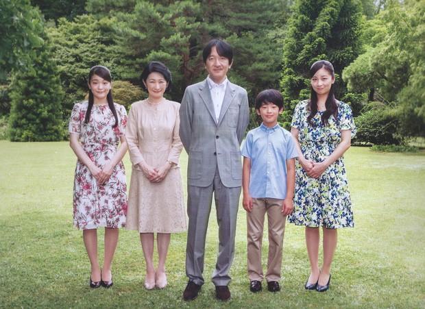 Vừa công bố ảnh lịch của năm, Hoàng hậu Nhật Bản đã gây sốt với vẻ đẹp vượt thời gian, mặc lại đồ cũ 22 năm vẫn thần thái ngút ngàn - Ảnh 3.