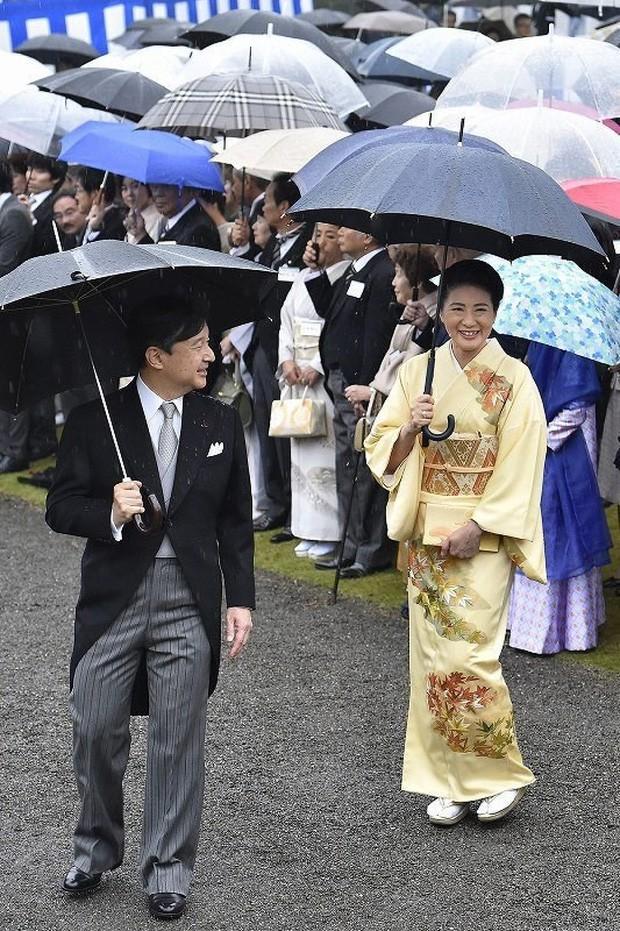 Vừa công bố ảnh lịch của năm, Hoàng hậu Nhật Bản đã gây sốt với vẻ đẹp vượt thời gian, mặc lại đồ cũ 22 năm vẫn thần thái ngút ngàn - Ảnh 4.