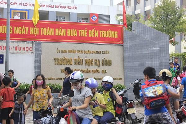 Sau vụ cháy Rạng Đông, học sinh trường Hạ Đình đeo khẩu trang kín mít đi học - Ảnh 1.