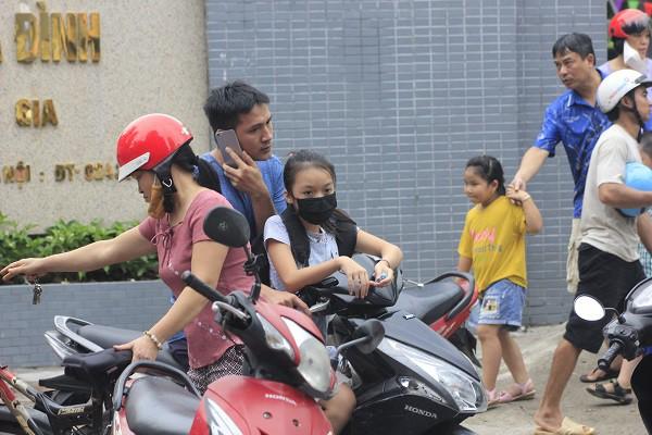 Sau vụ cháy Rạng Đông, học sinh trường Hạ Đình đeo khẩu trang kín mít đi học - Ảnh 3.