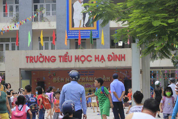 Sau vụ cháy Rạng Đông, học sinh trường Hạ Đình đeo khẩu trang kín mít đi học - Ảnh 4.