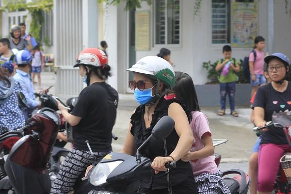 Sau vụ cháy Rạng Đông, học sinh trường Hạ Đình đeo khẩu trang kín mít đi học - Ảnh 7.