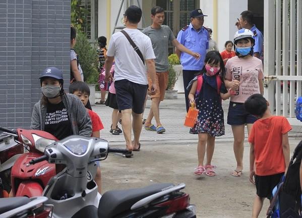 Sau vụ cháy Rạng Đông, học sinh trường Hạ Đình đeo khẩu trang kín mít đi học - Ảnh 9.