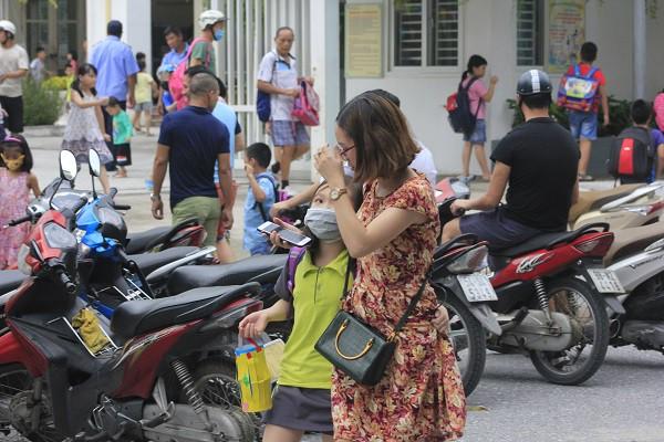 Sau vụ cháy Rạng Đông, học sinh trường Hạ Đình đeo khẩu trang kín mít đi học - Ảnh 10.
