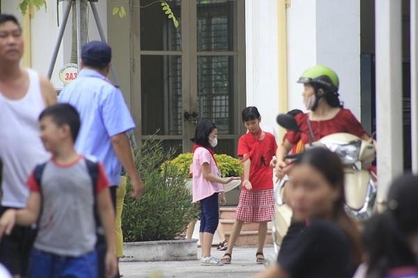 Sau vụ cháy Rạng Đông, học sinh trường Hạ Đình đeo khẩu trang kín mít đi học - Ảnh 11.