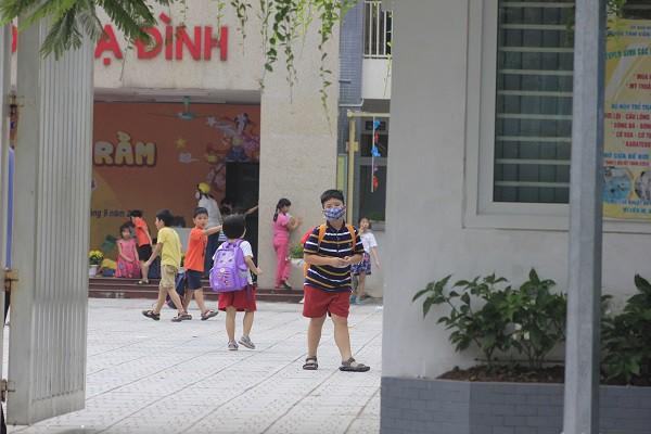 Sau vụ cháy Rạng Đông, học sinh trường Hạ Đình đeo khẩu trang kín mít đi học - Ảnh 12.