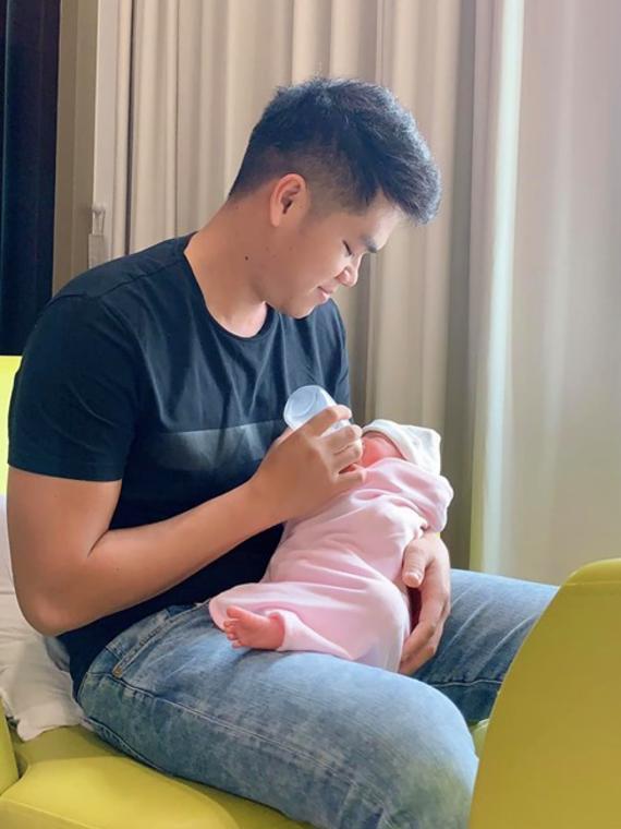 Chồng Lê Phương khóc khi thấy con gái chào đời - Ảnh 1.
