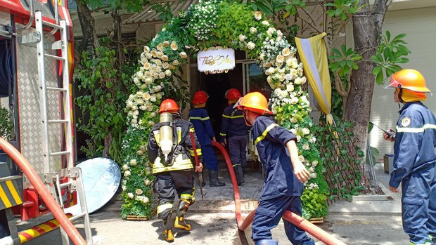 Vừa tổ chức xong lễ thành hôn để ra hàng ăn tiệc, nhà chú rể bỗng bốc cháy ngùn ngụt - Ảnh 1.