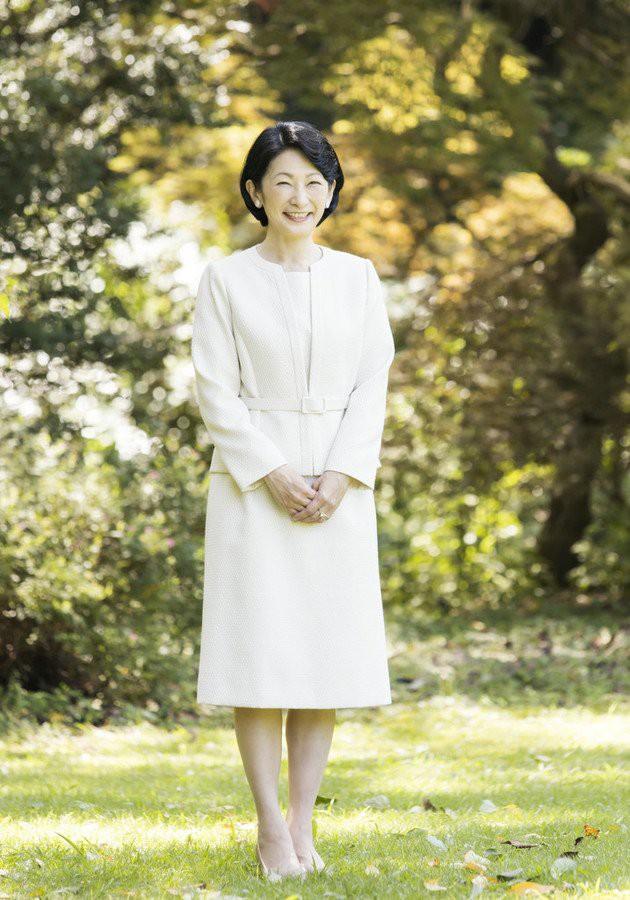 Thái tử phi Nhật Bản đẹp ngỡ ngàng trong bộ ảnh mới và có màn đối đáp khéo hết phần thiên hạ khi nói về chuyện con gái mãi không lấy chồng - Ảnh 2.