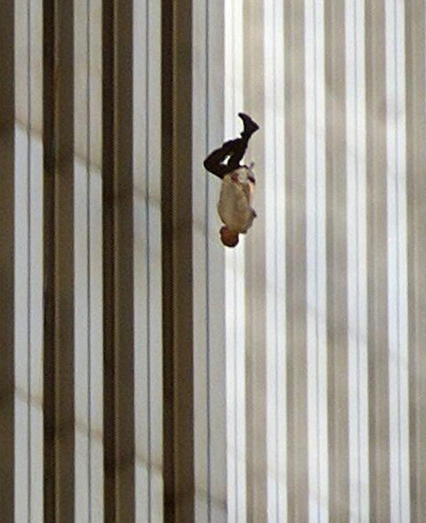 Đã 18 năm kể từ khi vụ khủng bố 11/9 đoạt mạng hàng nghìn người Mỹ, bức ảnh người đàn ông rơi vẫn không ngừng gây ám ảnh - Ảnh 1.
