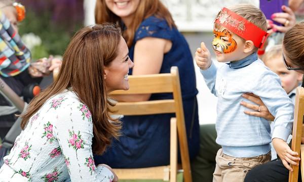 Nụ cười nhân hậu, hành động thân thiện thoải mái vui đùa của Công nương Kate khiến fan vừa yêu vừa thương - Ảnh 2.